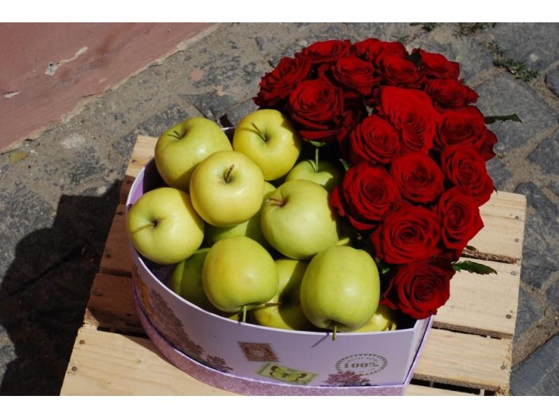 Троянди з яблуками