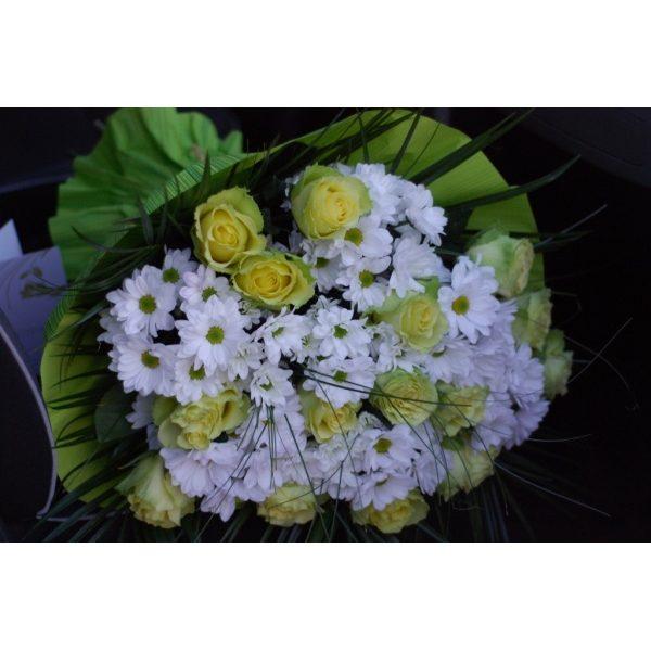 Зелені троянди лайм і хризантеми