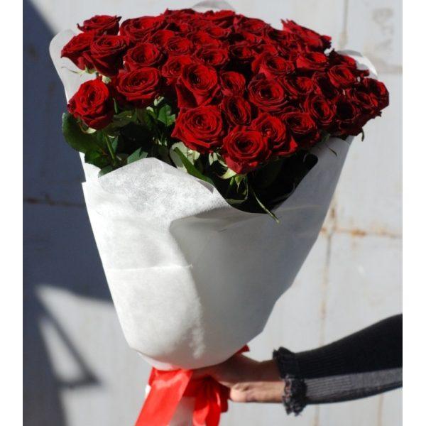 51 червона троянда в білому