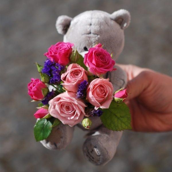 Мишка с цветами в коробке