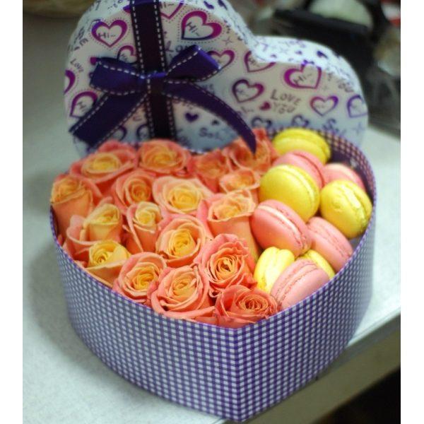Коробка серце з макарунами