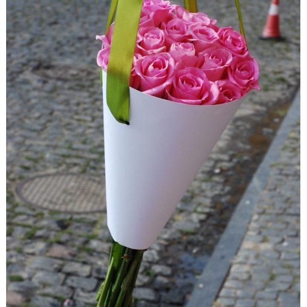 19 троянд в конусі