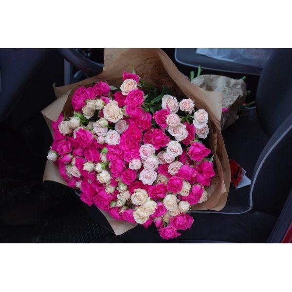 39 рожево-кремових кущових троянд