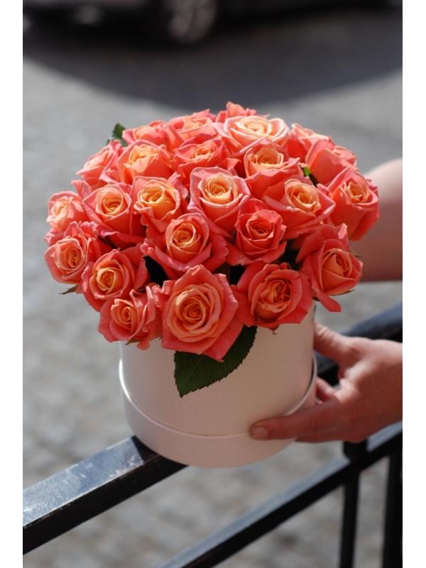 25 троянд в капелюшній коробці