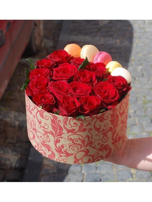 15 троянд і 5 макарунів
